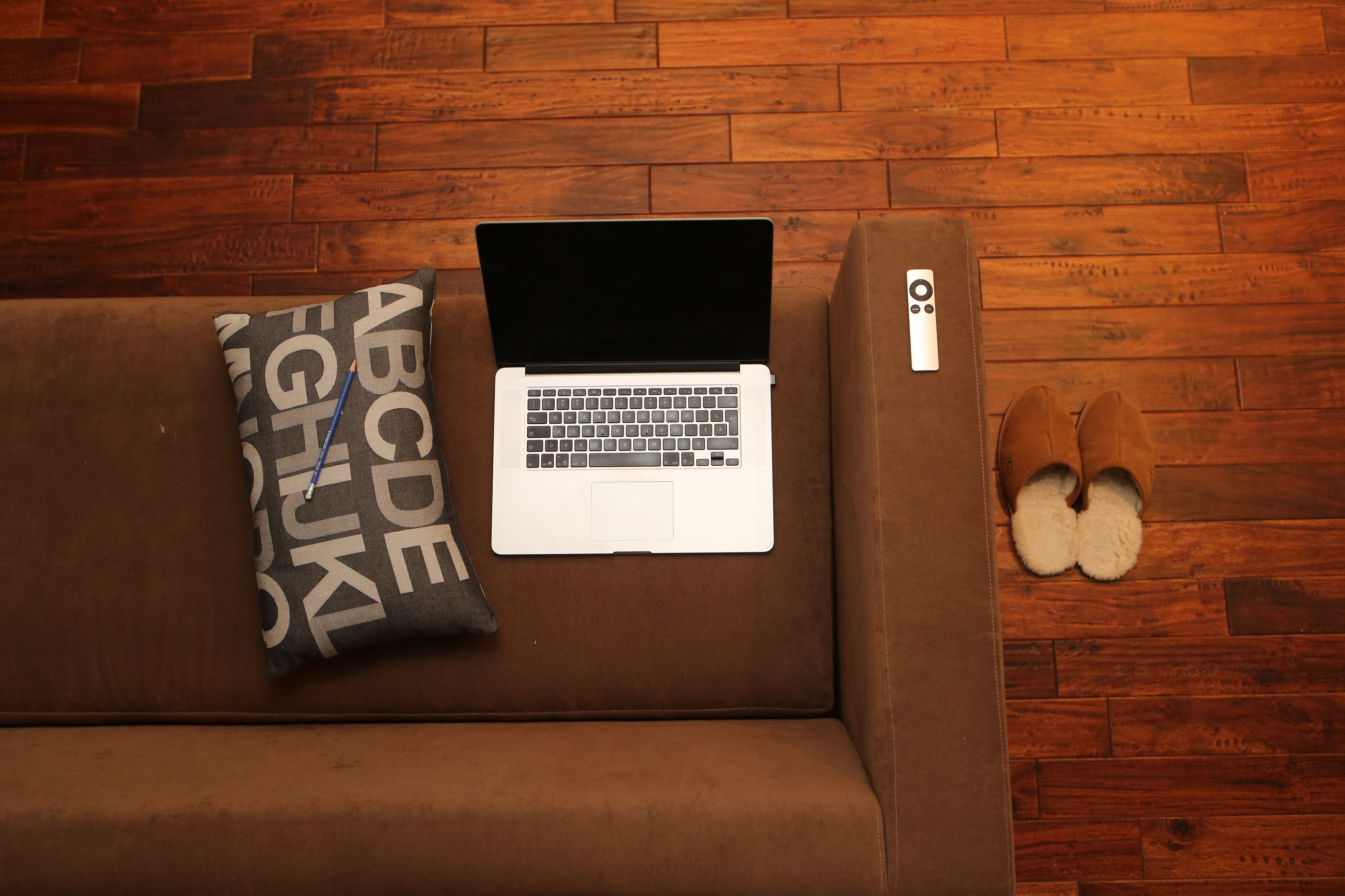 2014-12-Life-of-Pix-free-stock-photos-relax-labtop-sofa-slippers-leeroy